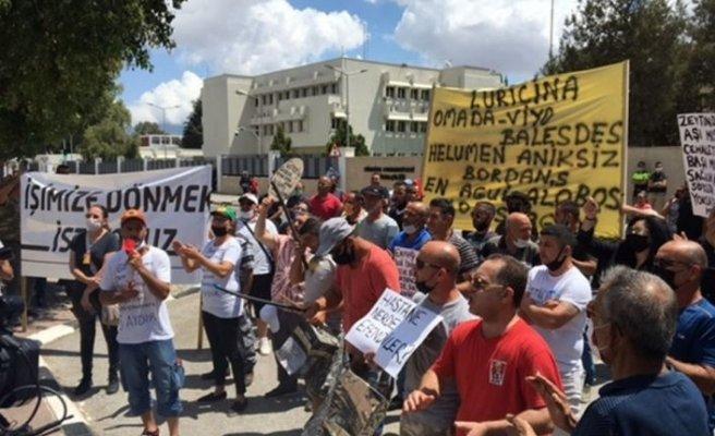 Güney Kıbrıs'ta çalışanlar kapıların açılması konusunda ısrarlı